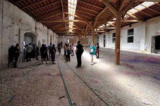 In noch unrestaurierten Gebäuden erkennen Besucher den einstigen baufälligen Zustand. (© Matthias Hinrichsen)