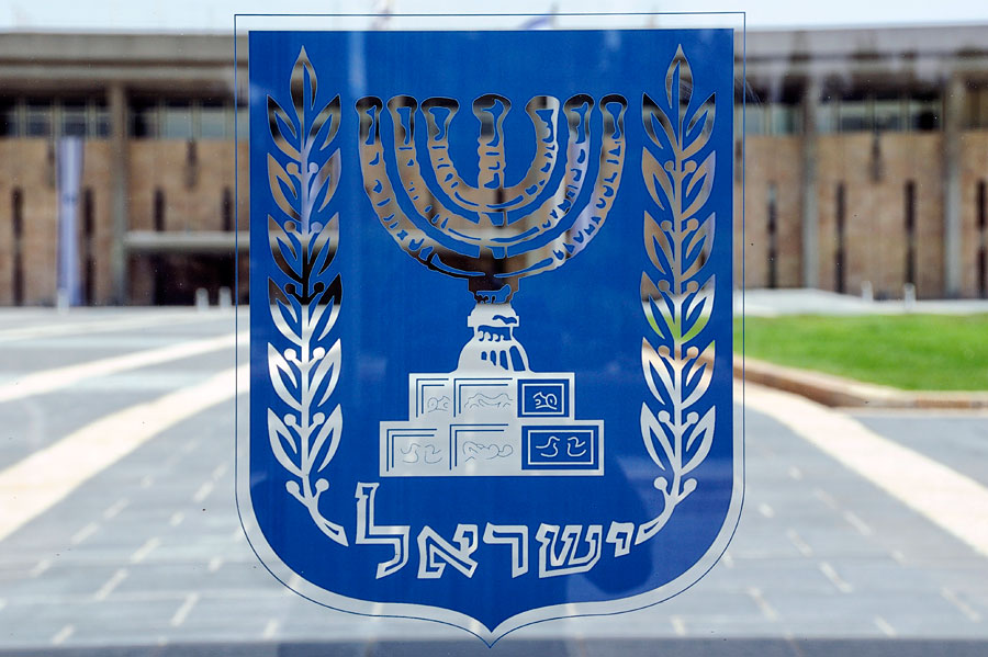 Menora im Wappen des Staates Israel. (© Matthias Hinrichsen)