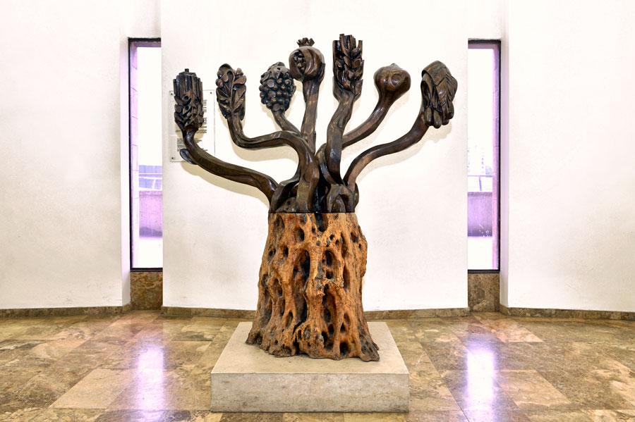 Künstlerische Interpretation der Menora (in der Knesset) mit den sieben Früchten der Torah. (© Matthias Hinrichsen)