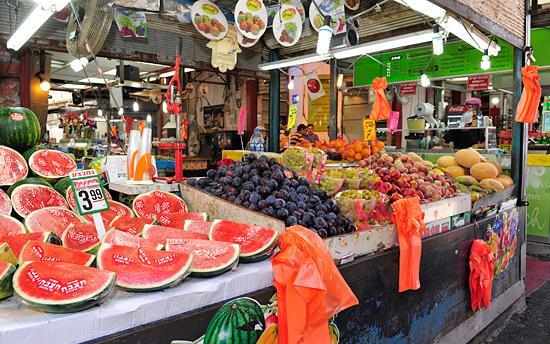Farbenfroh, variantenreich und vor allen Dingen gesund und lecker: Frisches Obst und Gemüse auf Tel Avivs Märkten. (© Matthias Hinrichsen)