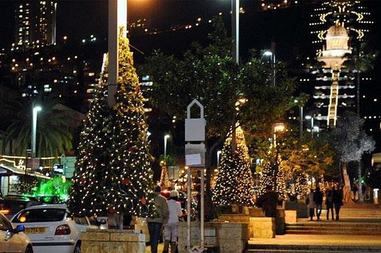 Auch in Haifa wird Weihnachten gefeiert. In der Stadt am Mittelmeer befindet sich einer der drei größten Weihnachtsbäume Israels. (© IMOT)