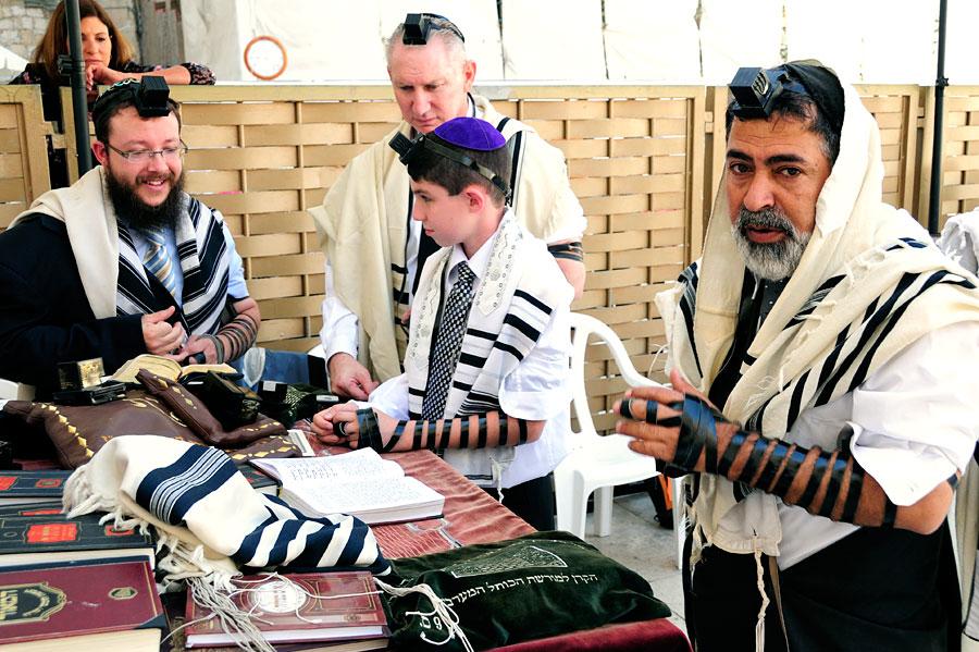Tefillin an Arm und Kopf bei jüdischen Männern. (© Matthias Hinrichsen)