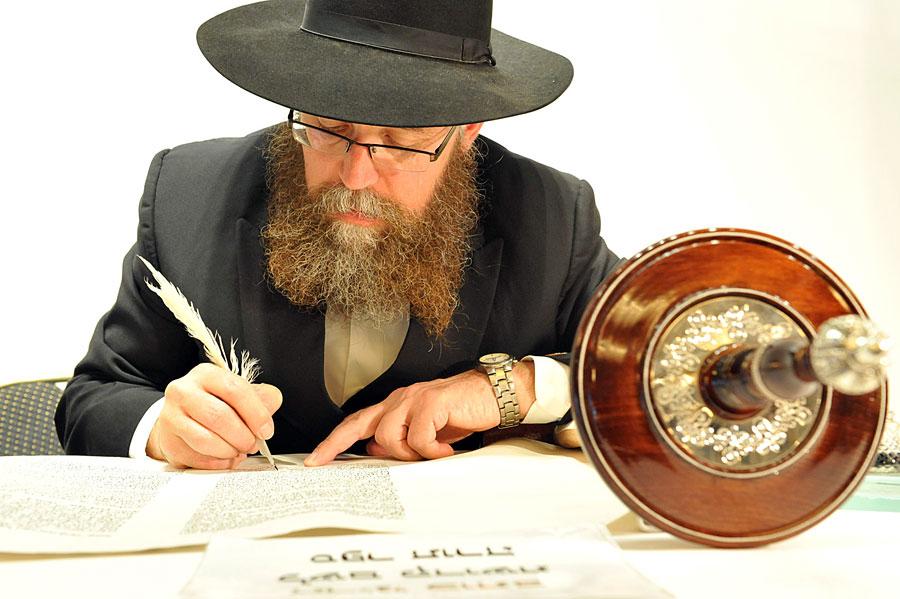 Toraschreiber (Sofer) bei der Anfertigung einer handgeschriebenen Sofer-Tora. (© Matthias Hinrichsen)