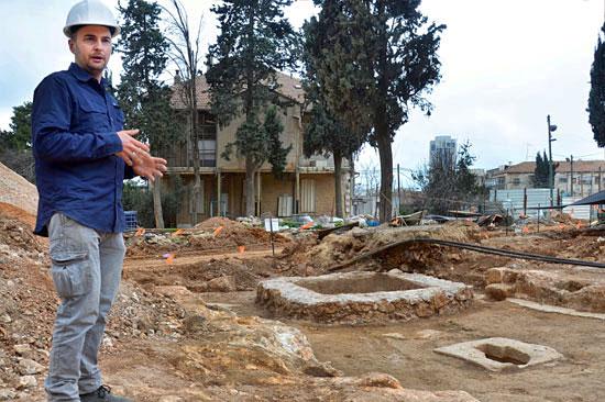 Grabungsleiter Alex Wiegmann vor dem antiken Weingut. (© IAA)
