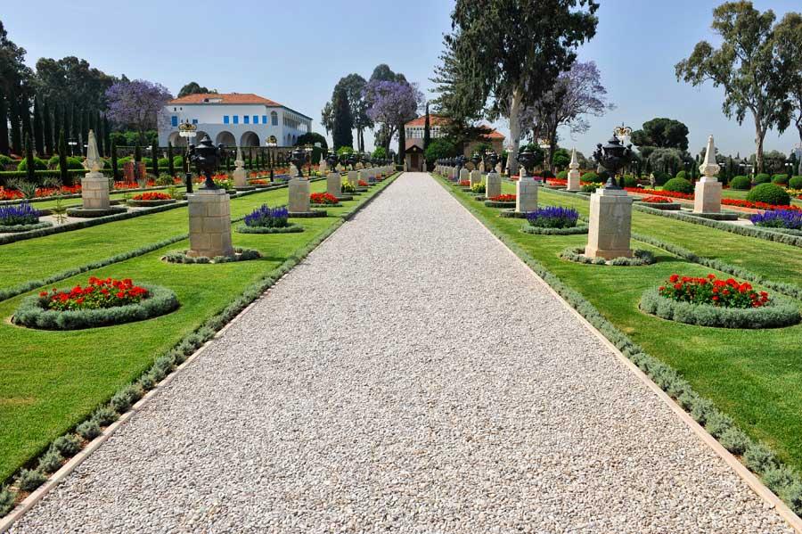 Die Wege in den Bahai Gärten Akko führen sternförmig auf den Schrein von Bahaullah zu. (© Matthias Hinrichsen)