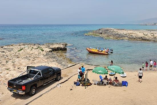 In einer idyllischen Bucht bei Achziv startet die Fahrt. (© Matthias Hinrichsen)