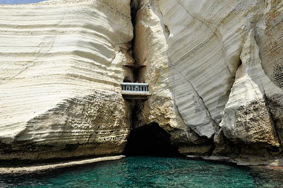 Eine schmale Öffnung  führt in die Höhlen von Rosh HaNikra. (© Matthias Hinrichsen)