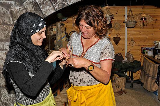 Korbflechten als traditionelles Kunsthandwerk in der historischen Kreuzfahrerfestung Akko. (© Matthias Hinrichsen)