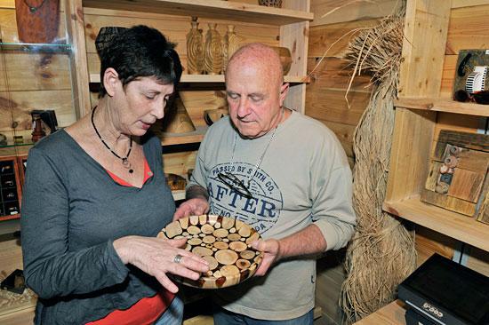 Holzarbeiten als traditionelles Kunsthandwerk in der historischen Kreuzfahrerfestung Akko. (© Matthias Hinrichsen)