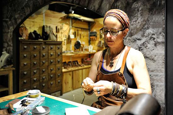Lederarbeiten als traditionelles Kunsthandwerk in der historischen Kreuzfahrerfestung Akko. (© Matthias Hinrichsen)