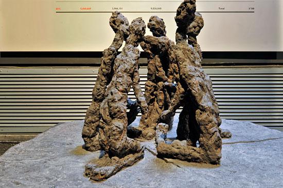 Skulptur von knienden Frauen.  (© Matthias Hinrichsen)