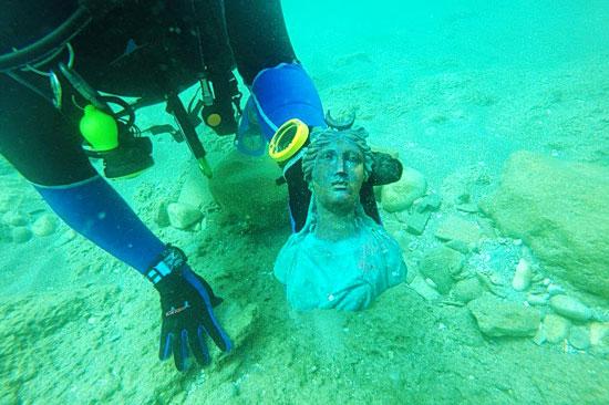 Eine 1.600 Jahre alte Bronze-Statue der Mondgöttin Luna fanden Taucher im historischen Hafen von Caesarea. (© Ran Feinstein, IAA)