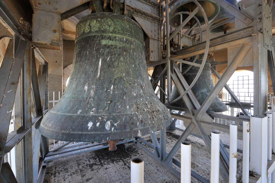 Himmelfahrtkirche in Jerusalem: Zwei imposante Glocken dominieren im Glockenturm (© Matthias Hinrichsen)
