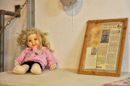 Jedes Kind nahm seine Puppe oder ein Kuscheltier mit - Trost und Beistand in Notsituationen. (© Matthias Hinrichsen)