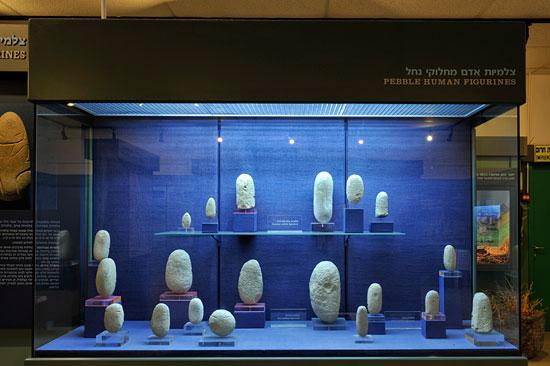 Diese mit Zeichen versehenen Steine sind Zeitzeugen der Yarmukischen Kultur in der Region. (© Matthias Hinrichsen)