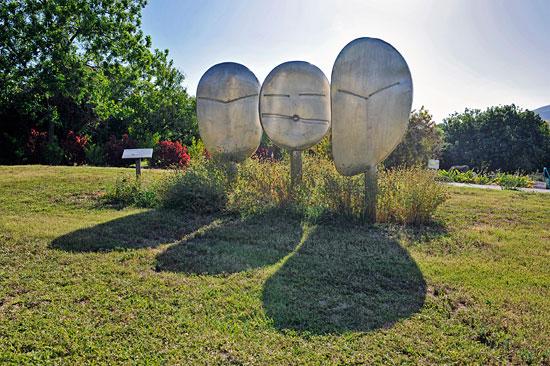 Diese drei Skulpturen einer amerikanischen Künstlerin wurden dem Kibbutz gespendet und stellen die verzierten Steine der früheren Bewohner dar. (© Matthias Hinrichsen)