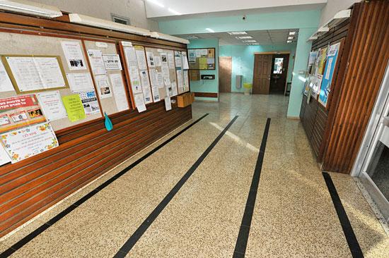 Im Eingangsbereich des Speisesaals hängen alle Informationen aus, die den Kibbutz betreffen. (© Matthias Hinrichsen)