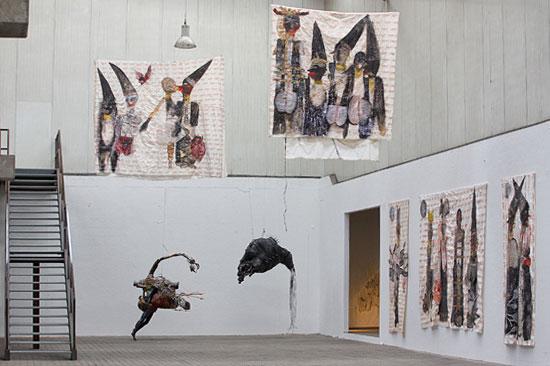 Objekte von Avinoam Sternheim und Gemälde von Ruthi Helbitz Cohen im israelischen Pavillon auf der NordArt in Büdelsdorf. (© NordArt)