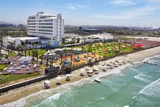 Am Rande von Akko und direkt am Mittelmeer bietet das Palm Beach Hotel seinen Gästen einige Annehmlichkeiten. (© Rimonim Palm Beach)