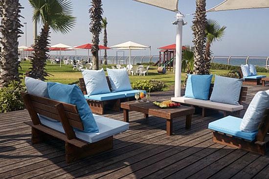 Tagsüber oder auch abends kann der Gast gemütlich seinen Aufenthalt genießen. (© Rimonim Palm Beach)