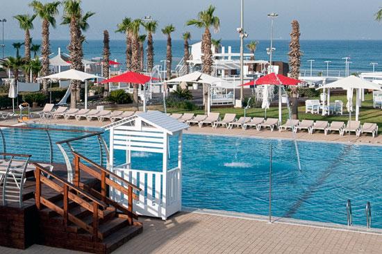 Vorne der Pool, dahinter das Mittelmeer. (© Rimonim Palm Beach)