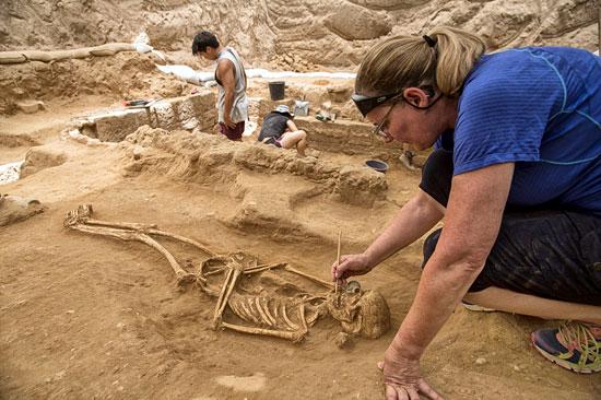 Behutsam werden die Philister-Gräber in der Nähe von Ashkelon in Israel freigelegt. (©Tsafrir Abayov/Leon Levy Expedition)