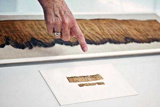 Dieses kleine Stückchen Papyrus ist ein 2.700 Jahre alter Lieferschein aus dem Königreich Juda. (© Shai Halevi/IAA)