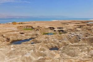 An den Ufern des Toten Meeres sackt das Erdreich durch den sinkenden Wasserspiegel dramatisch ab. (© Matthias Hinrichsen)