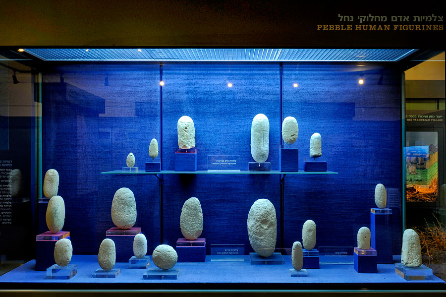Verzierte Steine aus der Zeit der Yarmuk-Kultur. (© Matthias Hinrichsen)