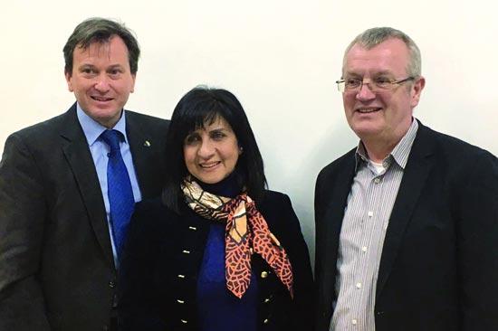 Die Geschäftsführer von Biblische Reisen Rüdiger Tramsen und Andreas Kickinger mit der Bürgermeisterin von Bethlehem Vera Baboun. (© Biblische Reisen)