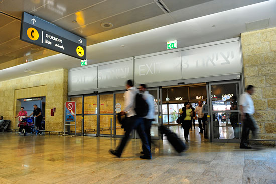 Ausgang 23 am Flughafen Ben Gurion führt zur Bushaltestelle. (© Matthias Hinrichsen)