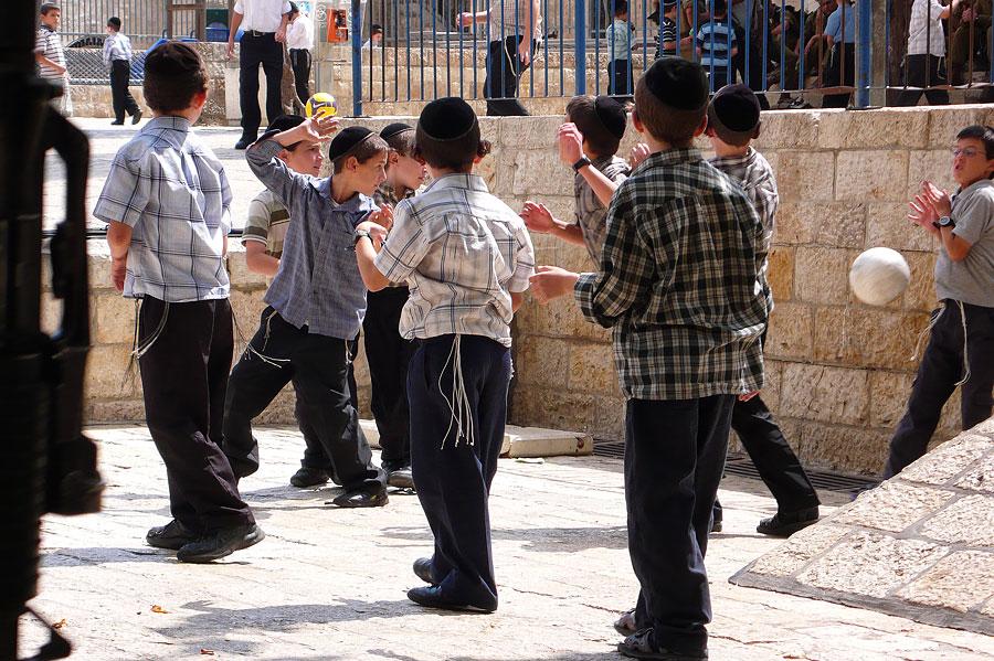 Jüdische Kinder beim Spielen - zur normalen Kleidung gehört auch der Tallit katan, erkennbar an den heunter hängenden Zizit. (© Matthias Hinrichsen)