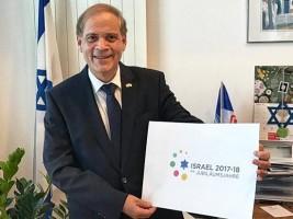 Botschafter Hadas-Handelsman mit dem Logo für die Jubiliäumsjahre 2017-18. (© Israelische Botschaft, Berlin)