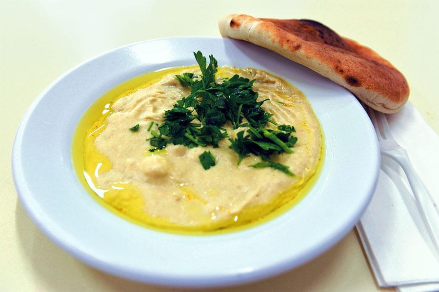 Dieses wird als Massabacha serviert, einem warmem, grob strukturierten Hummus mit ganzen Kichererbsen.