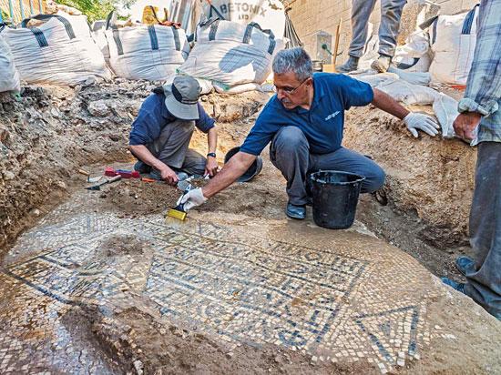 Freilegung des antiken Mosaiks beim Damaskustor. (© Assaf Peretz, IAA)