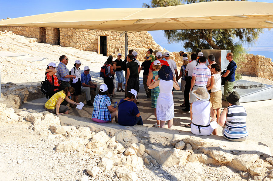 Reisegruppe in der Felsenfestung Massada am Toten Meer.
