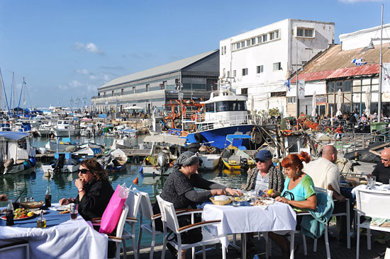 Direkt am beschaulichen Hafen von Jaffa kann man leckere Fischgerichte genießen. (© Matthias Hinrichsen)
