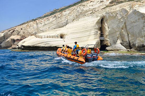 Mit dem Speedboat gelangt man an und in die Höhlen von Rosh Hanikra. (© Matthias Hinrichsen)