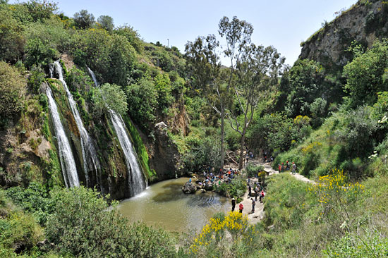 Der Tahana-Wasserfall mit 21 Metern Fallhöhe ist einer von vier Wasserfällen im Ayun Naturreservat. (© Matthias Hinrichsen)