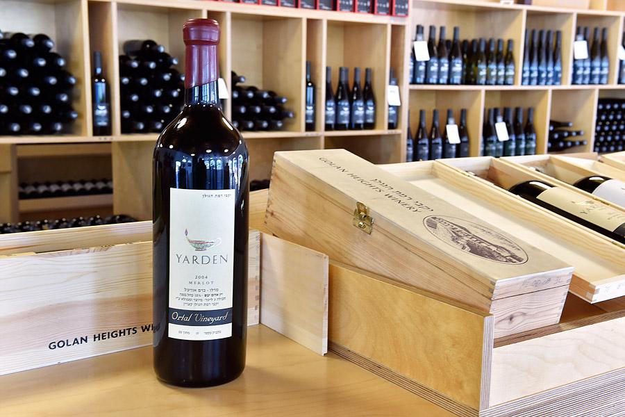 Im Shop gibt es sämtliche Sorten und Größen an Weinen der Golan Heights Winery zu kaufen. (© Matthias Hinrichsen)