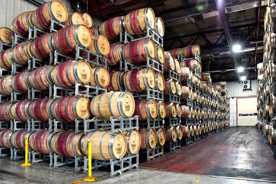 In Fässern aus französischer Eiche reift der Wein bei 14 Grad Celsius weiter und wird zum Spitzenwein veredelt. (© Matthias Hinrichsen)