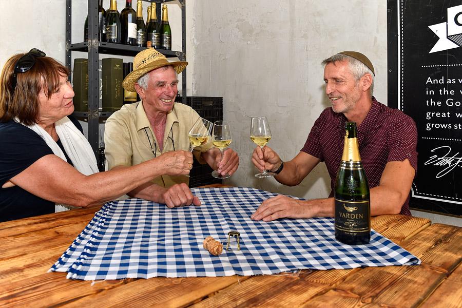 Eine Weinverkostung - in diesem Fall ist es Sekt - ist auch in einem Hüttchen auf dem Weinberg möglich. (© Matthias Hinrichsen)