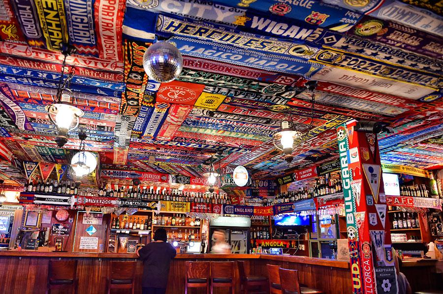 Hunderte Fan-Schals aus aller Welt zieren den Pub des Muza - alle von Gästen mitgebracht.