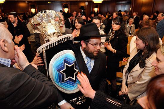 Juden in Deutschland feiern die Einweihung einer neuen Thora-Rolle. (© Matthias Hinrichsen)
