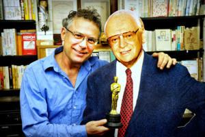 Dr. Rafi Kishon mit einem Aufsteller und dem Abbild seines Vaters. (© Udi Salmanovich)