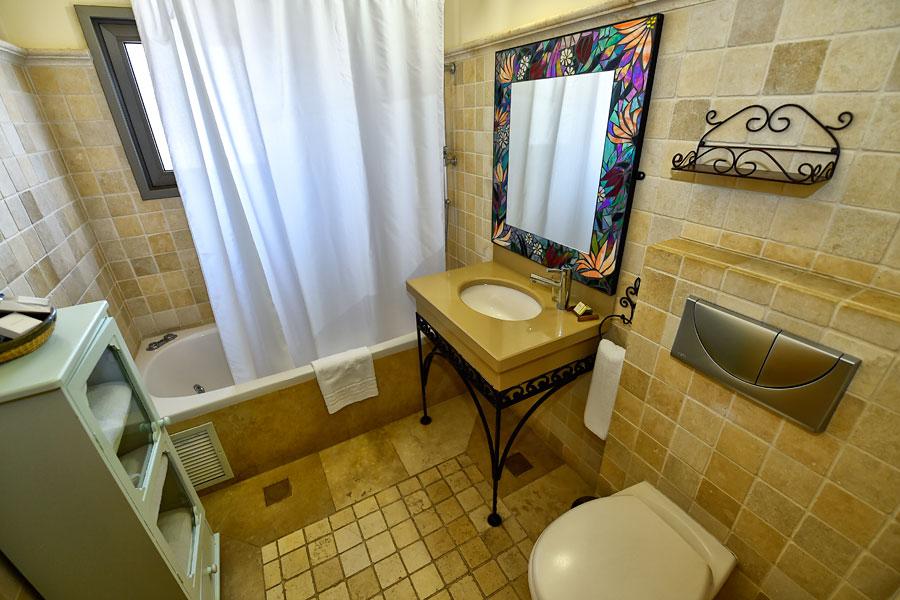 Auch das Badezimmer ist eine Augenweide mit der äußerst behaglichen Zusammenstellung der Einrichtung. (© Matthias Hinrichsen)