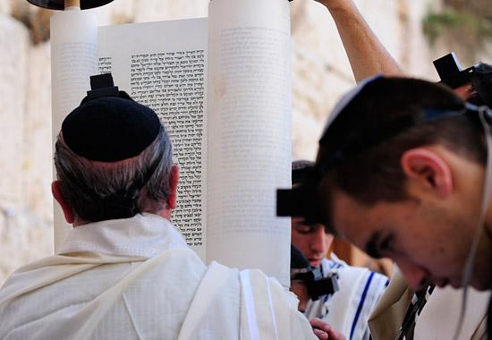 Juden beim Lesen aus der Thora. (© Matthias Hinrichsen)