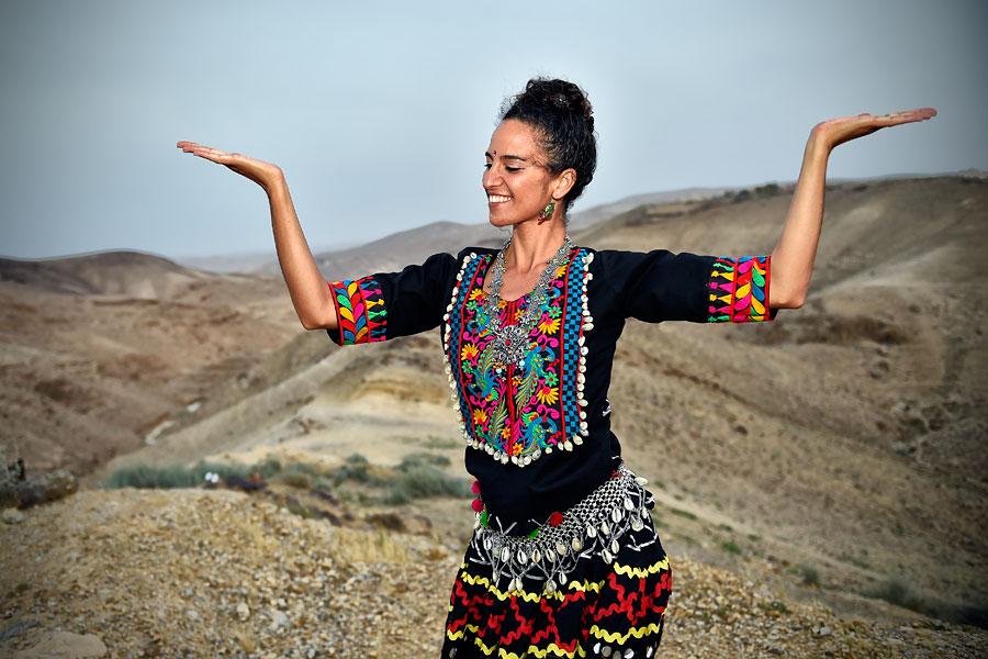 Die Tänzerin Roonie verkörpert die Lebensfreude der Menschen in Arad. (© Matthias Hinrichsen)