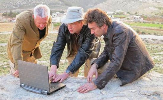 Dallas Campell, Steve Burrows und Malcolm Williamson rätseln: Wie schafften es die Erbauer von Herodium, einen künstlichen Berg aufzuschichten? (© ZDF)
