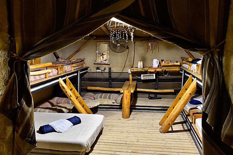 Leben in Zelten, schlafen in Betten - das ist die neueste Unterkunftsmöglichkeit in Kfar Hanokdim. (© Matthias Hinrichsen)